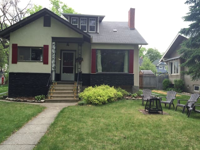 Beautiful 4 bedroom character home close to dntown - Winnipeg - Rumah