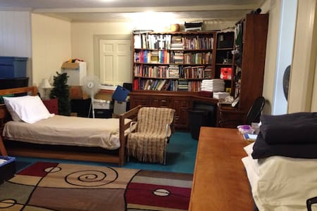 Upstairs Room with Five Twin Beds - Gainesville - Casa