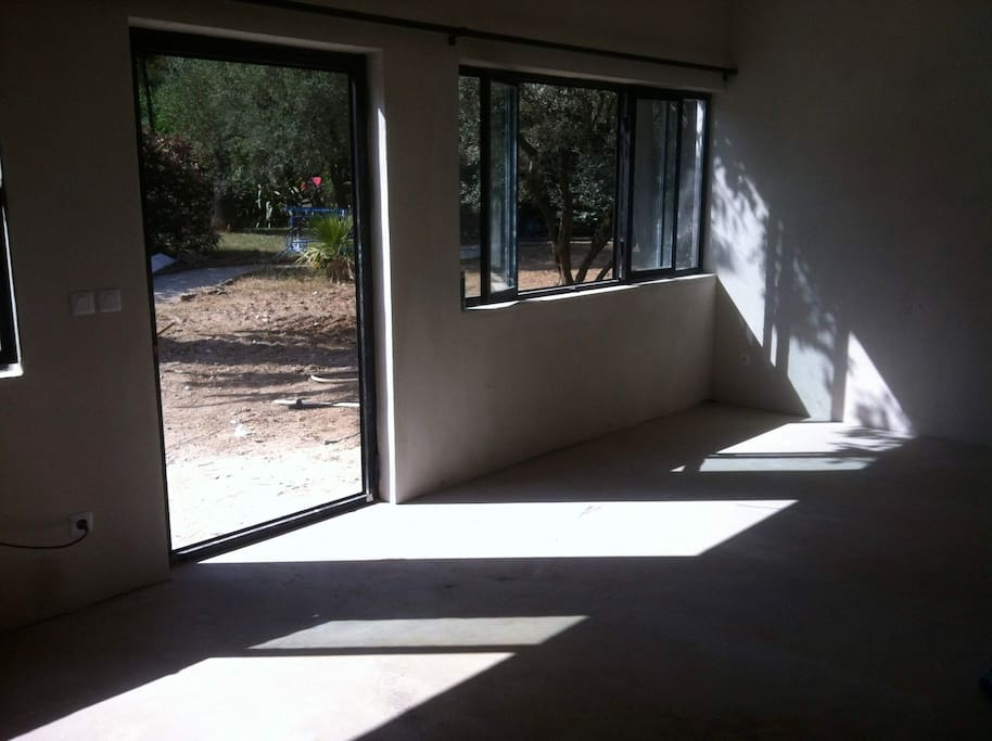 le salon donne sur une terrasse aménagée