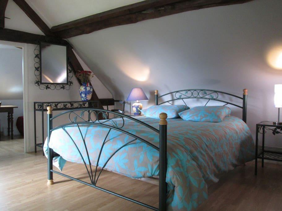 Chambre 1 de La villa des violettes - chambre parentale - grand lit avec accès direct privé sur jardin