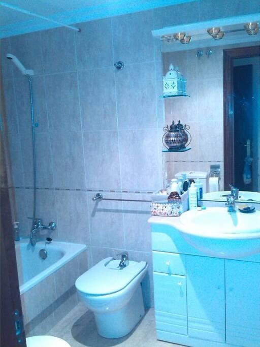 Baño amplio, con bañera. Espejo y armarios con gran utilidad