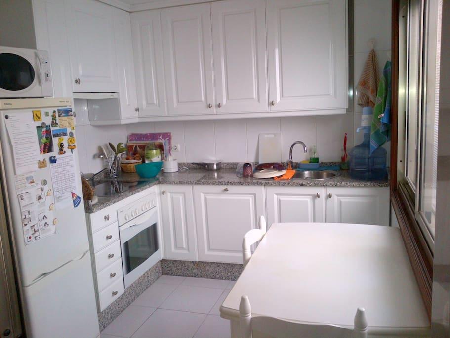 cocina amplia, y luminosa con todos los electrodomesticos
