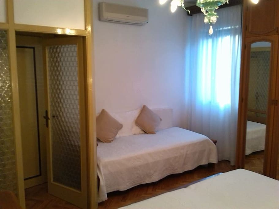 camera con  letto singolo armadio. single bedroom closet, 2 large windows.