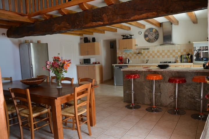 Cuisine tout équipée, lave vaisselle, four, four micro-onde. Large table pouvant accueillir 12 personnes.  Fully-equiped kitchen, dishwasher, micro-wave, oven. Large table guesting up to 12 people.