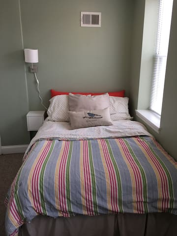 Cozy room walking distance to center city