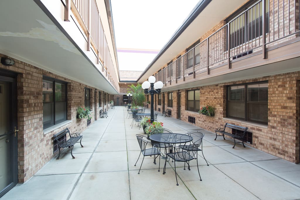Step out the front door (or just peek your head) and you'll see this great common area. Enjoy the Chicago weather, chat with the neighbors, eat dinner al fresco... the world (and courtyard) is your oyster!