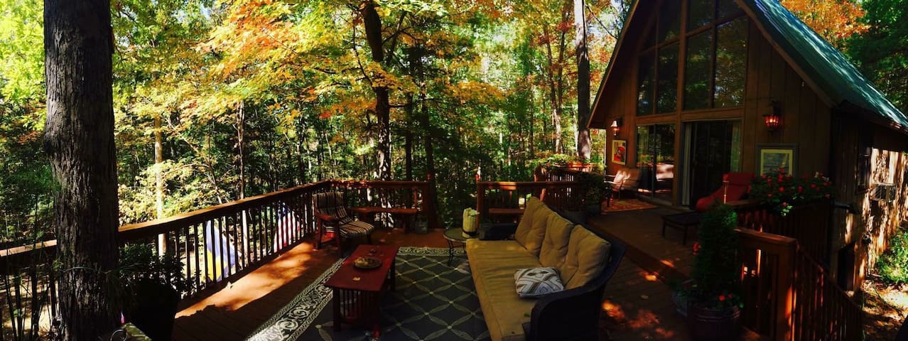 Secluded Cozy Chalet Cabin with Hot Tub!! - Berkeley Springs
