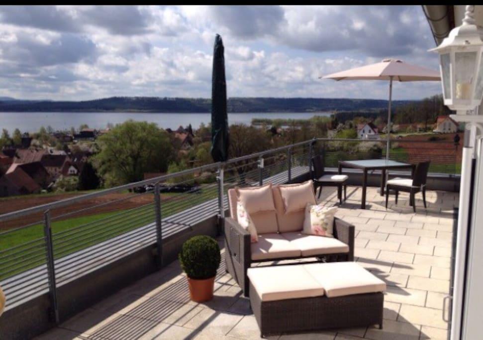 Ihr freier Blick von der 28 qm Dachterrasse über den See