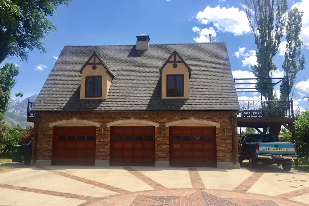 Butler Manor Carriage House with Guest parking under deck carport