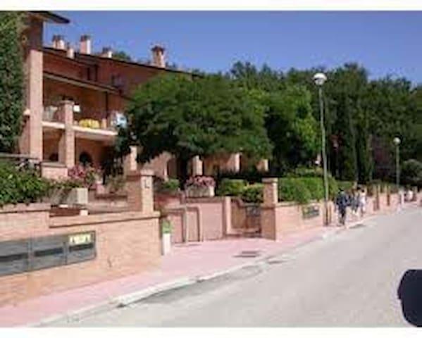 Accogliente residence con piscina - Assisi