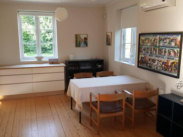 Lille sal med adgang til køkkenet