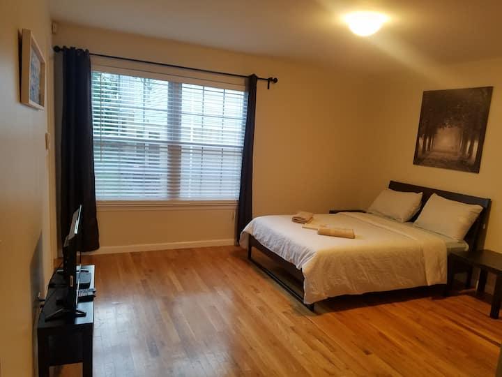(H) Easy Access to EWR & Penn. The Hana Room
