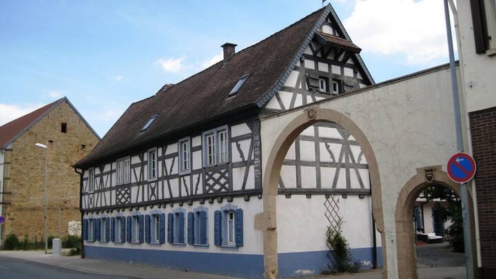 Erdgeschoss in alten Bauernhaus mit Innenhof
