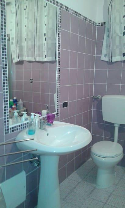 Bagno con bidè e doccia più lavatrice