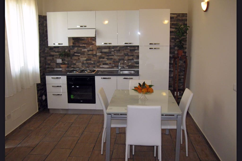 La cucina soggiorno, spaziosa, luminosa e vivibile