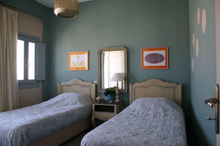 υπνοδωμάτιο με δυο μονά κρεβάτια