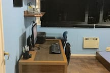 Quarto 3, com ar condicionado,  ventilador de teto, mesas de apoio