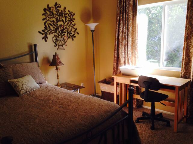 Cheerful, clean & inviting room in gated community - Riverside - Dom