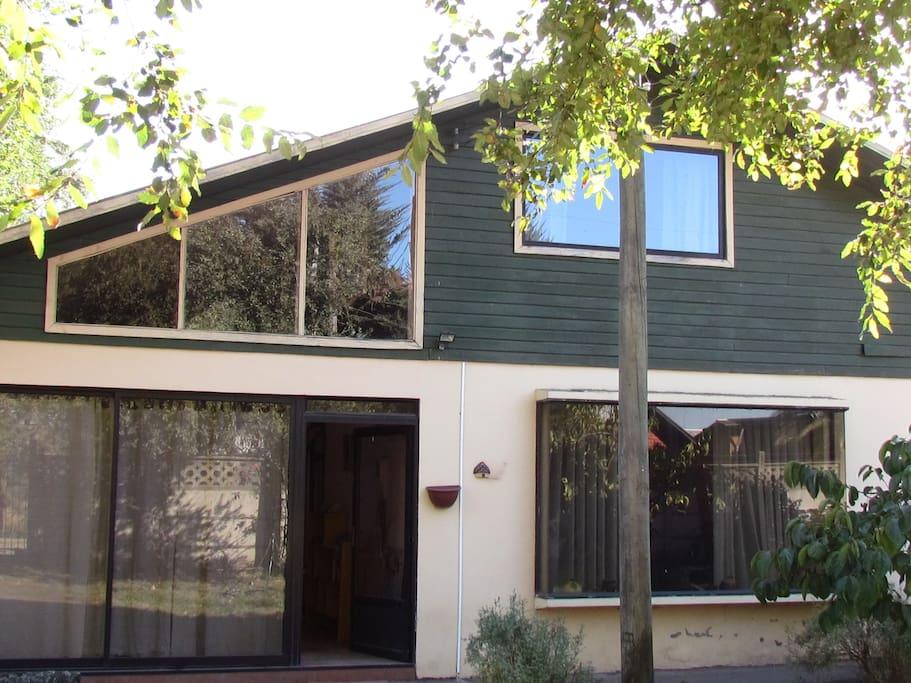 Frente de la casa, primer piso de albañilería, segundo piso de madera