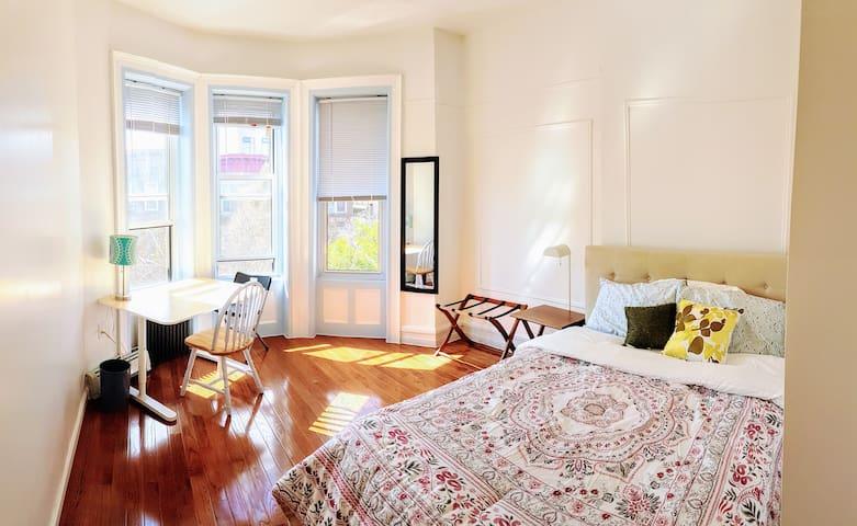 Newly Renovated Master Bedroom - 2 mins to Subway