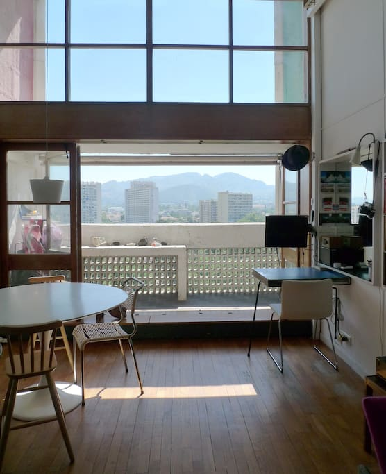 view from the kitchen : living room with wide open window panels to the downstairs balcony