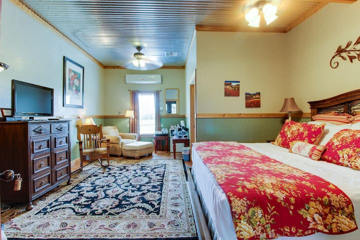 Plush dog-friendly suite with on-site tasting rooms, walk to wineries!