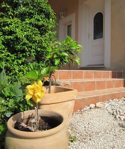 villa au calme st genies - Nîmes - 別荘