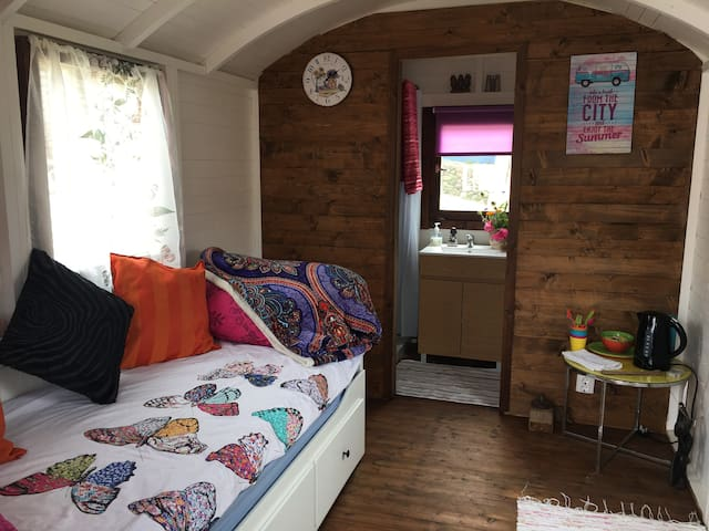 Shepherds Hut with hot shower, cleaning included!
