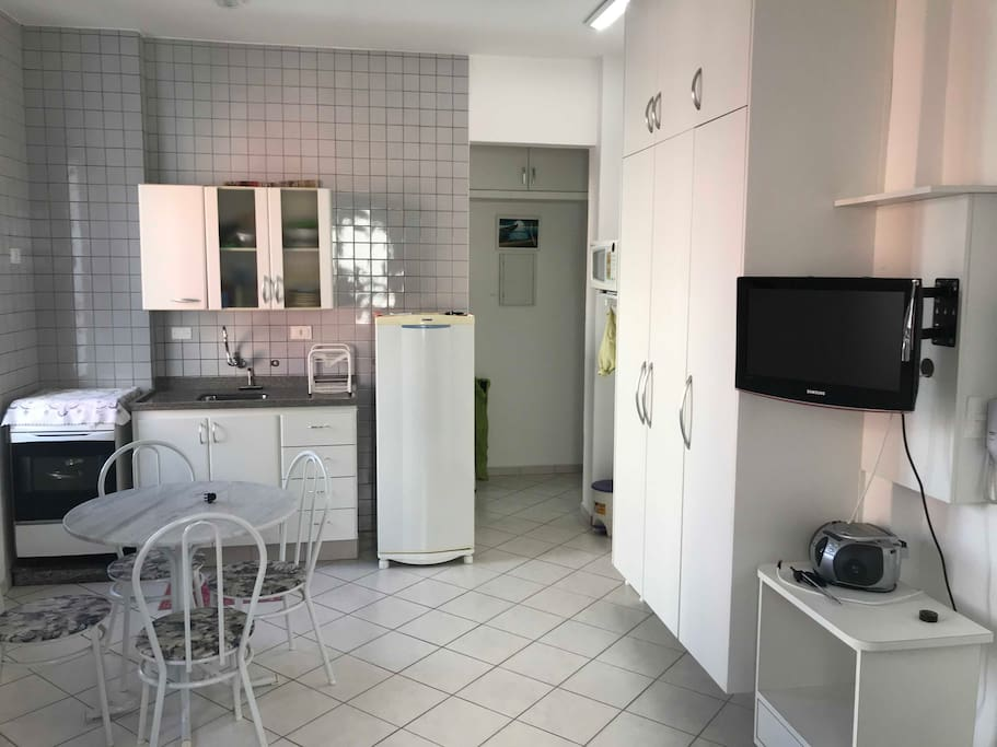 Vista do apartamento (do quarto/sala para cozinha)