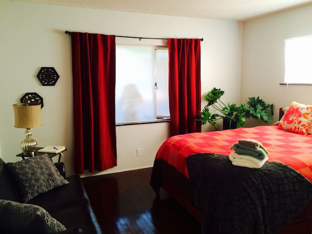 QUIET. Near Beach/downtown. King bed. MONTHLY.