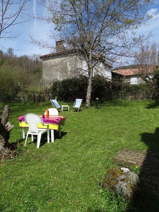 Barbecue, chaises longues, salon de jardin 6 personnes, éclairage solaire: tout pour de longues soirées en famille