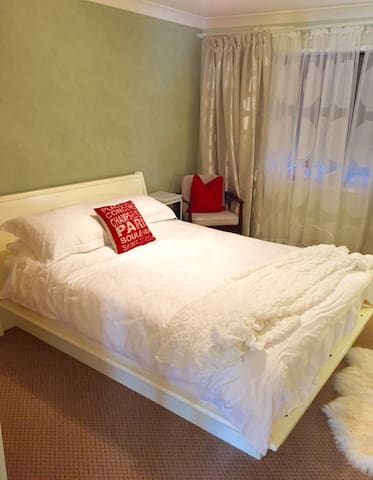 Queen bed and full bath- beautiful! - Colo Vale