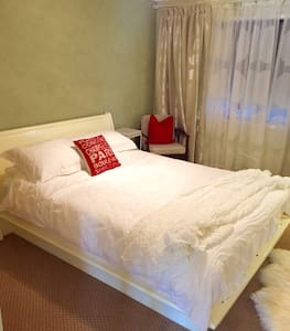 Queen bed and full bath- beautiful! - Colo Vale - Casa