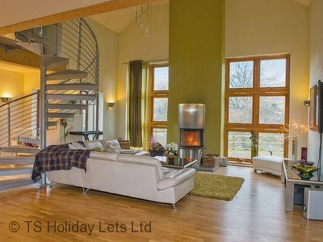 Gulabin House, near Glenshee, close to ski resort, great for families and friends. Pets welcome. Sleeps 12