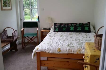 Garden Annex, double, en suite. - Fordingbridge