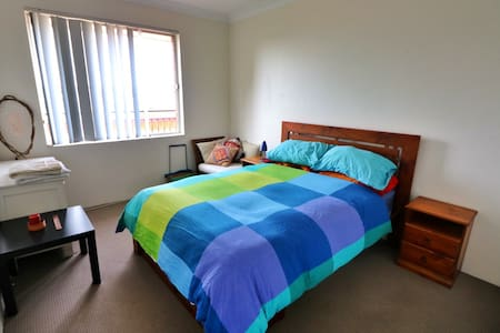 Sunny Double Bedroom with Parking - Kensington