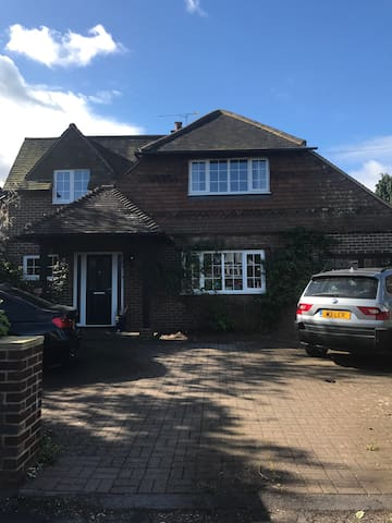 Central 4 bed detached house - Farnham - House