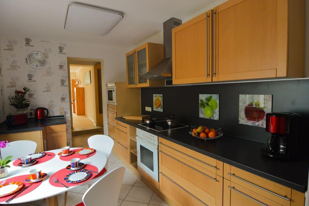 Volleingerichtete Küche mit Esstisch