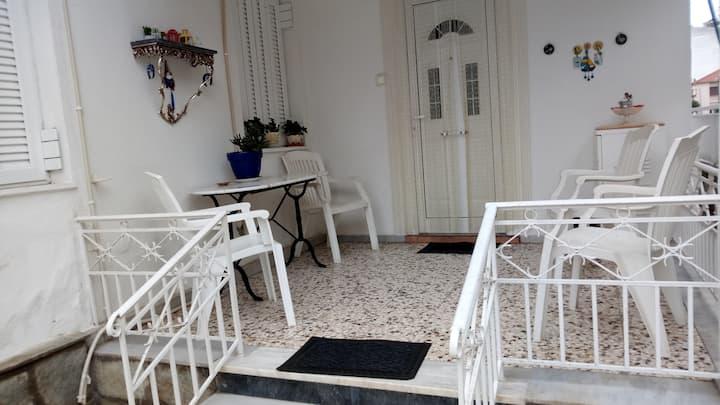 Πέτρινη μονοκατοικία στα Τρίκαλα με μεγάλη αυλή.