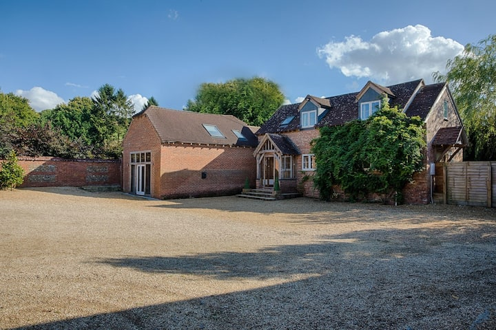 Ridgeway House, spacious, inviting country idyll!