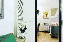 Bi-locale , con camera di letto diviso con cucina abitabile.  divano letto singolo, tavola di pranzo, cucina completa , tv ,riscaldamento autonomo ,Wi-Fi gratuito.