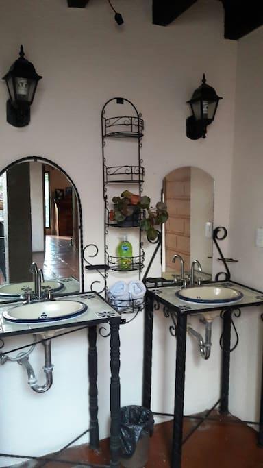 los lavabos son parte de la decoravión del pasillo entre las recamaras.