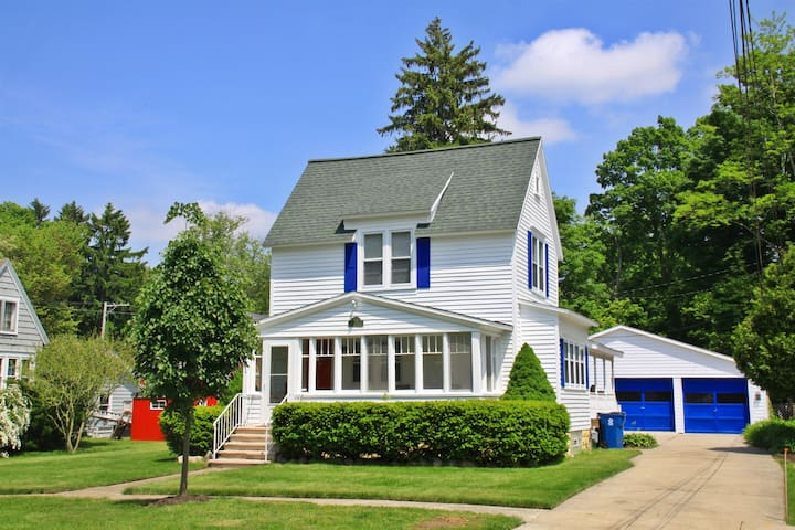 Malabar: Updated Downtown Saugatuck Cottage with Sun Porch