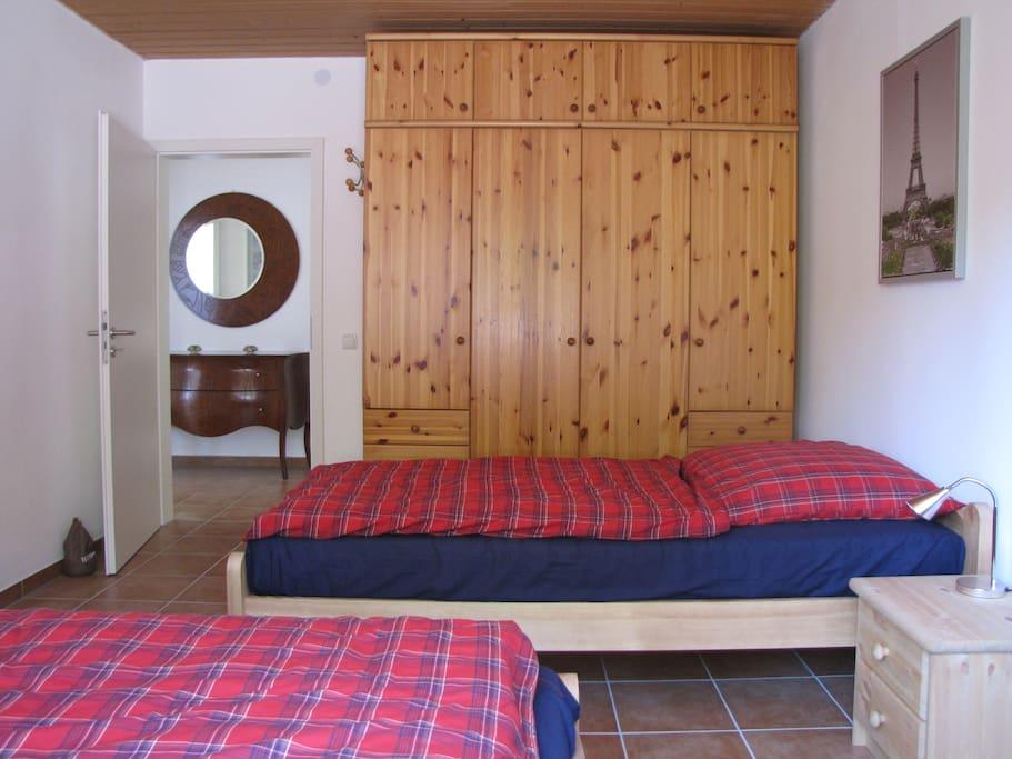 Helles Schlafzimmer mit zwei Einzelbetten (90x200)