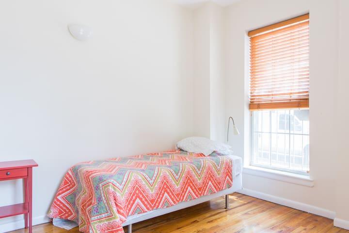 Sunny, single room in Amazing Apt!