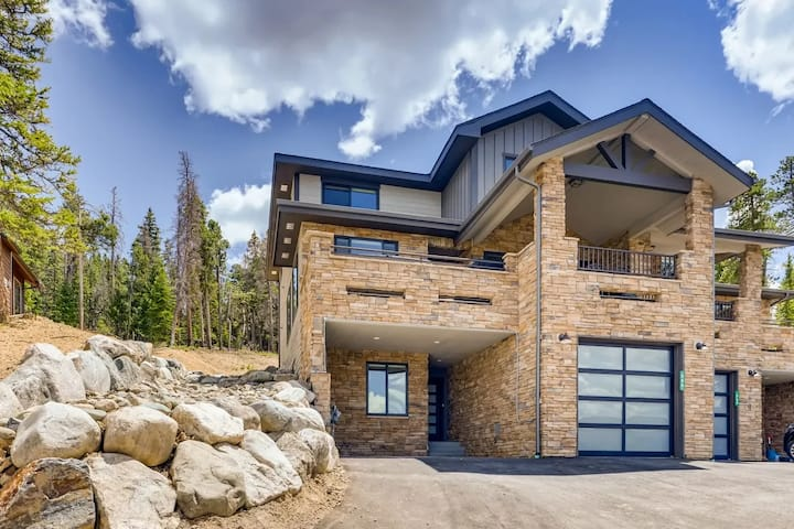 NEW Luxury Home, Hot Tub, Great Views, 3 King Beds