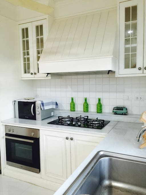 Kitchen with oven, gas hob, sink, microwave, freezer
