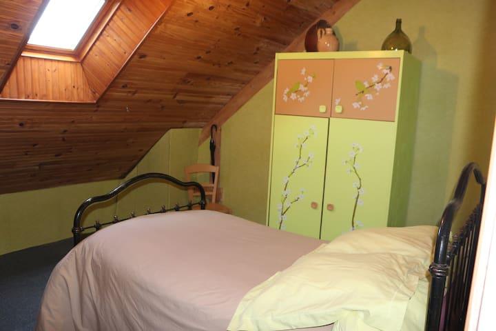chambre dans grande maison sur gd terrain arboré - Roézé-sur-Sarthe - Guesthouse