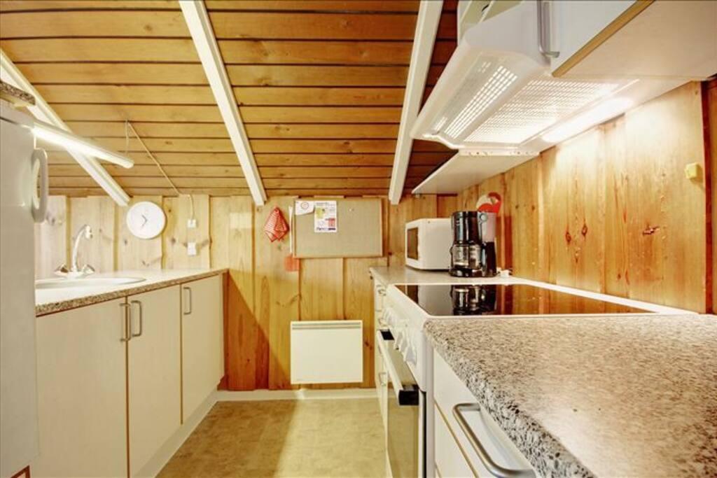 Køkken med opvaskemaskine mm.