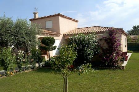 Belle villa entre mer-montagne-golf - Théza - 別荘